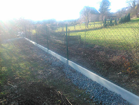 Zděný plot, drátěný plot, podhrabové desky