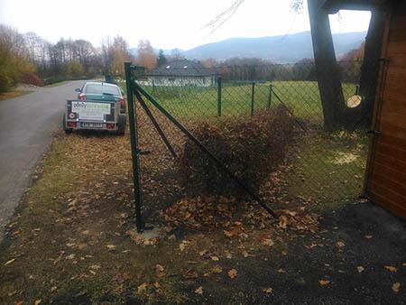 Pletivový plot, kovová brána, mříž