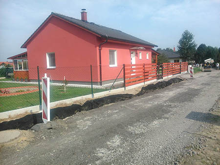 Dřevěný plot, pletivový plot, brána, branka