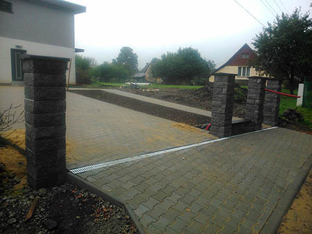 Zděný plot, automatická brána, zámková dlažba