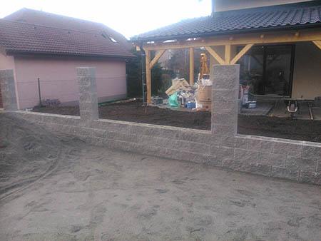 Zděný plot, výdřeva, el. brána, branka, zámková dlažba 100m2