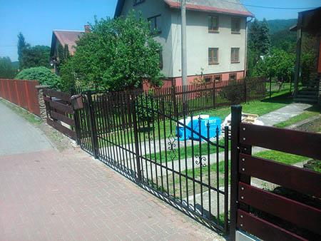 Dřevěný plot, el. brána