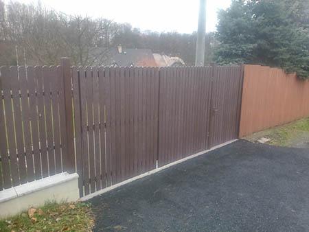Zděná podezdívka, plastový plot výška 2m, délka 20m
