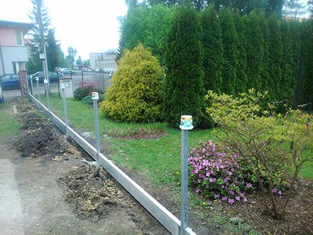 Pletivový plot s podhrabovými deskami, el. pojezdová brána