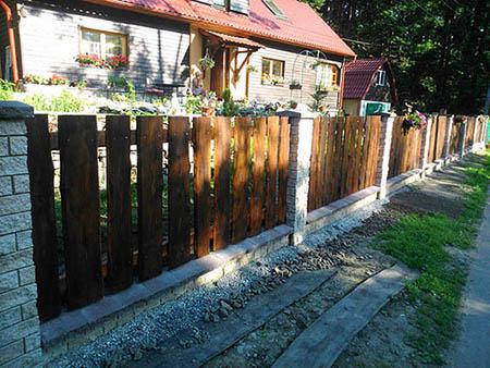 Dřevěný plot se zděným sloupky