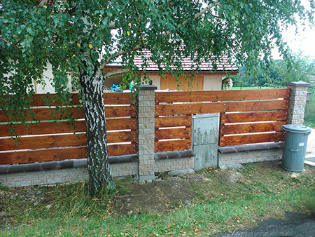 Zděný plot s výdřevou